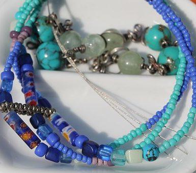 les boutiques amérindiennes proposent des bijoux turquoise sous mille et une formes bracelets, colliers et boucles d'oreilles, vous trouverez surement les modèles qui correspondent à vos goûts auprès d'une boutique amérindienne.