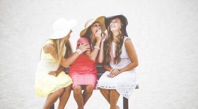amies sur un banc public sans distanciation sociale